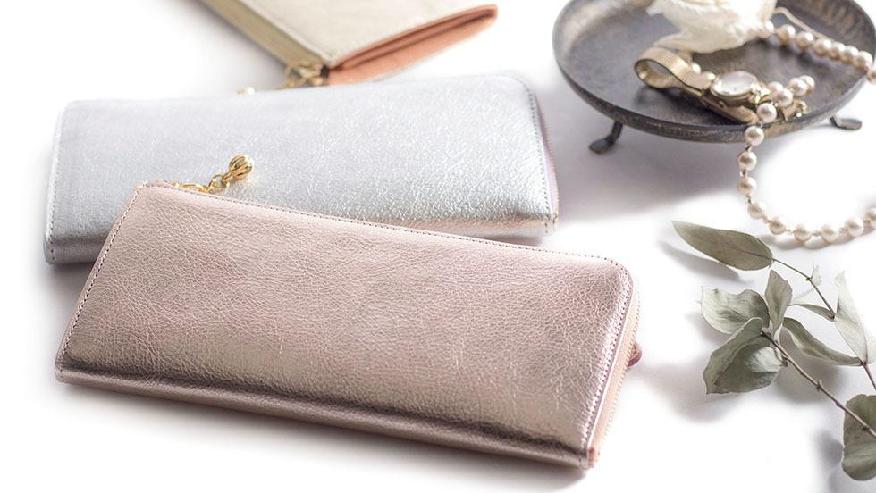 3e4151ffea28 ... カジュアル感とさりげなく演出されたラグジュアリー感が魅力のArukanから、光輝く美しい箔加工が施された『フィーナ』シリーズの L字ファスナー長財布が登場です。