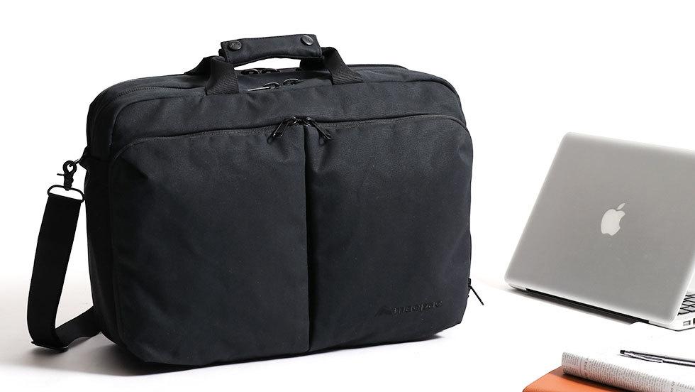 2b0115de7117 ビジネスカジュアルスタイルにマッチするデザインのブリーフケース。背負い・肩掛け・手持ちができる3WAY仕様です。PC収納などビジネスシーンに必要な機能をしっかりと  ...